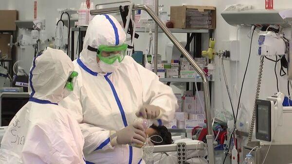Работа российских военных врачей в полевом госпитале Бергамо - Sputnik Latvija