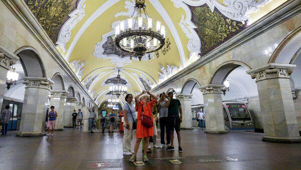 Туристы на станции Комсомольская кольцевой линии Московского метрополитена - Sputnik Латвия