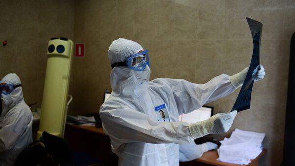 Врачи клинической больницы в Москве, переоснащенной для лечения пациентов с COVID-19 - Sputnik Latvija