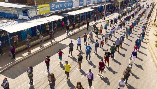 Очередь на рынок, устроенная по принципу социальной дистанции, в городе Пьюра, Перу - Sputnik Latvija