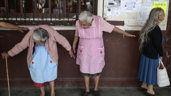 Женщины в очереди на регистрацию по программе социальной помощи, Озумба, Мексика - Sputnik Latvija