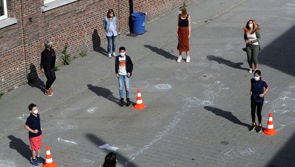 Учителя и ученики соблюдают правила дистанцирования на открытии школы после вспышки коронавируса в Джумете, Бельгия  - Sputnik Латвия