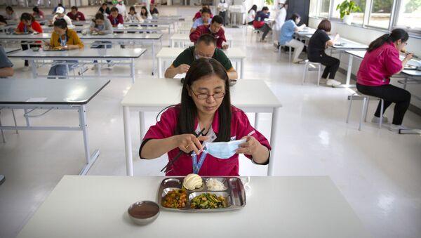 Сотрудники завода в Пекине во время обеда в столовой  - Sputnik Латвия
