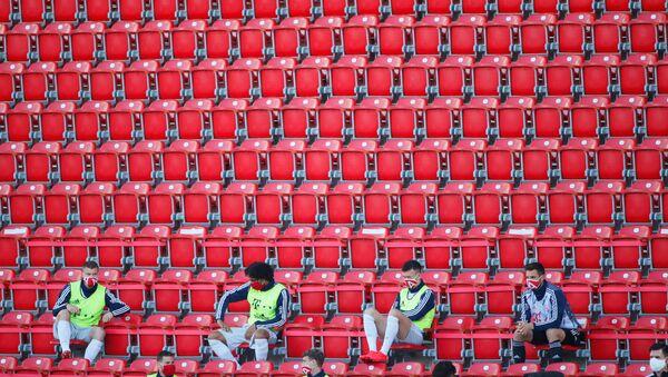 Футболисты на трибунах соблюдают социальную дистанцию во время матча «ФК Юнион Берлин» - «Бавария» в Берлине, Германия - Sputnik Латвия