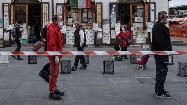 Люди соблюдают социальную дистанцию в очереди на продовольственном рыке Porta Palazzo в Турине, Италия - Sputnik Latvija