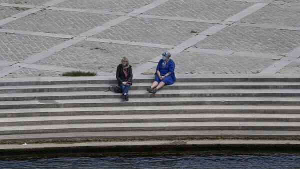 Женщины на набережной Сены в Париже - Sputnik Latvija