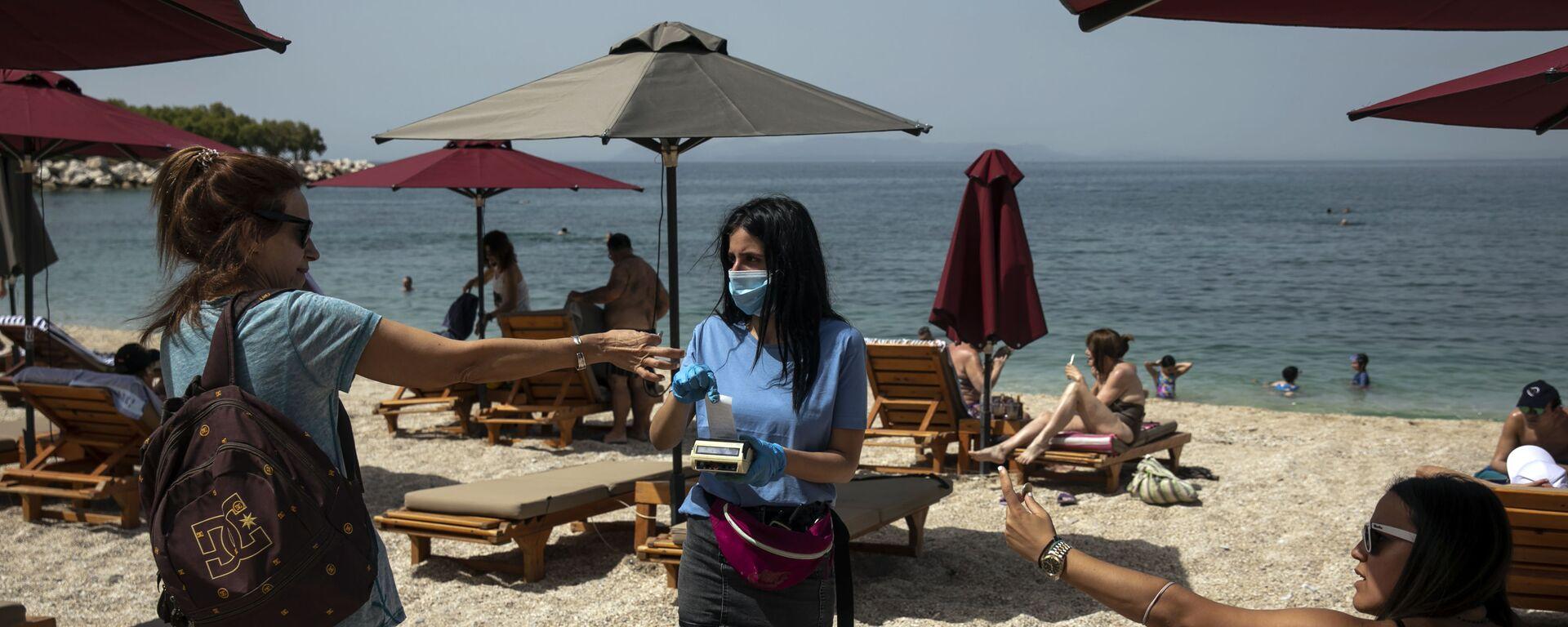 Отдыхающие во время аренды шезлонгов на пляже в Греции   - Sputnik Латвия, 1920, 19.04.2021