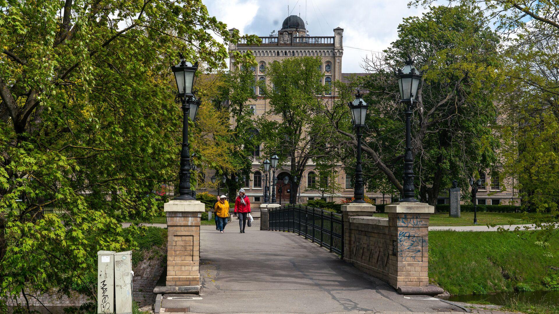 Здание Латвийского университета и пешеходный мост через Рижский канал у Национальной оперы - Sputnik Латвия, 1920, 24.09.2021