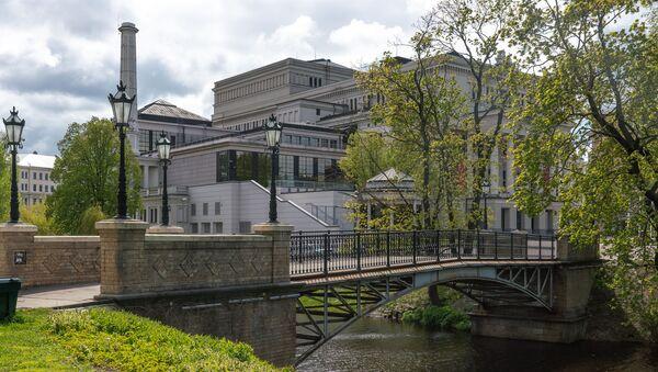 Пешеходный мост через Рижский канал и здание Латвийской национальной оперы - Sputnik Латвия