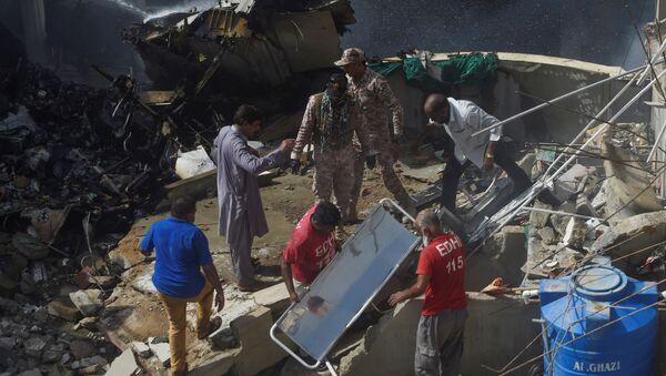 Спасатели на месте крушения самолета Пакистанских авиалиний в Карачи - Sputnik Латвия