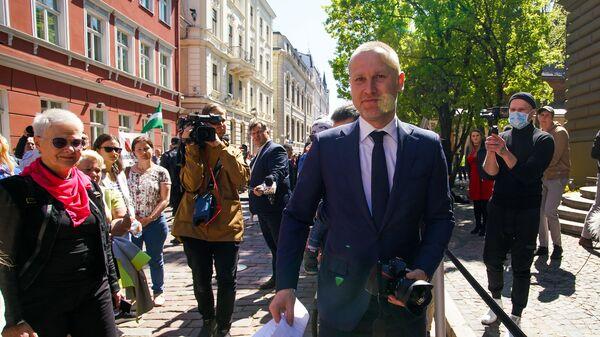 Пикет у здания Сейма против утверждения краевой реформы на удаленном заседании - Sputnik Латвия