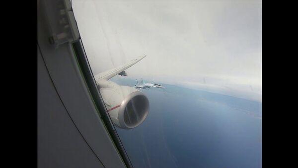 Видео встречи американского самолета-разведчика российскими Су-35 в небе - Sputnik Latvija