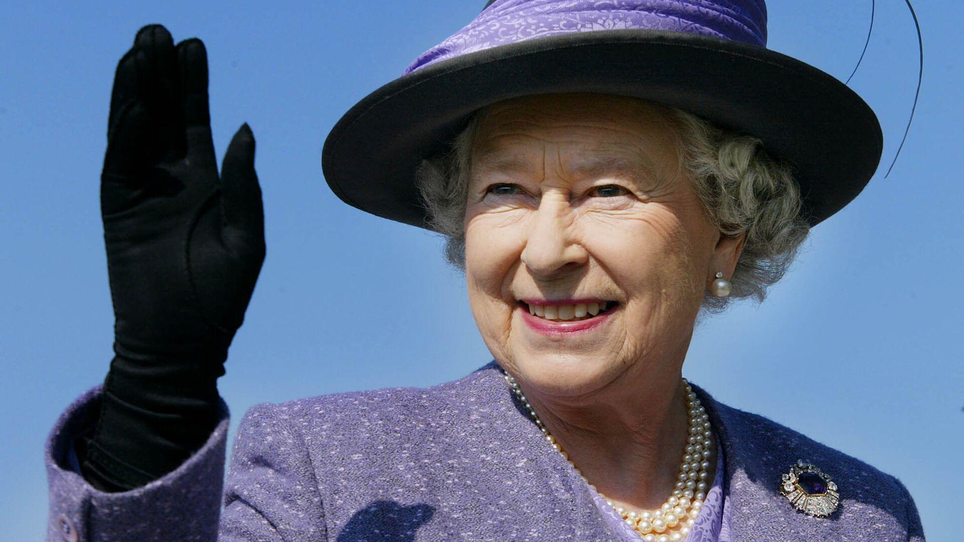 Королева Великобритании Елизавета II во время визита в Канаду в октябре 2002 - Sputnik Латвия, 1920, 14.10.2021