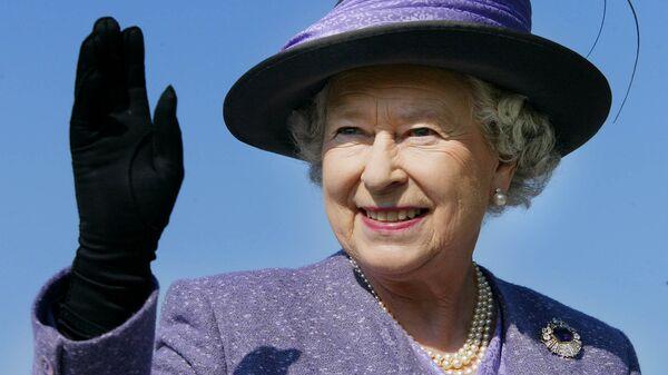 Королева Великобритании Елизавета II во время визита в Канаду в октябре 2002 - Sputnik Latvija