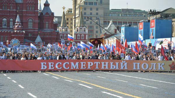 Шествие Бессмертный полк в центре Москвы. Архивное фото - Sputnik Латвия