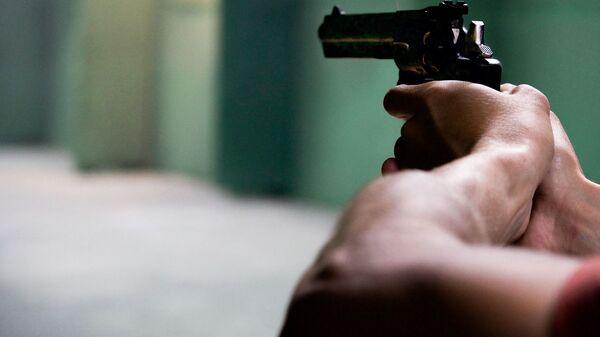 Пистолет в руках, архивное фото - Sputnik Латвия