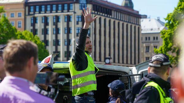 Лидер ФНВ Валентин Еремеев садится в полицейскую машину. - Sputnik Latvija