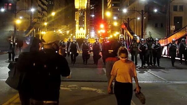 США: протесты превращаются в вандализм и грабежи в Чикаго - Sputnik Латвия