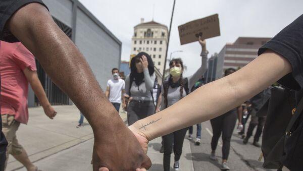 Протестующие в Лос-Анджелесе - Sputnik Latvija