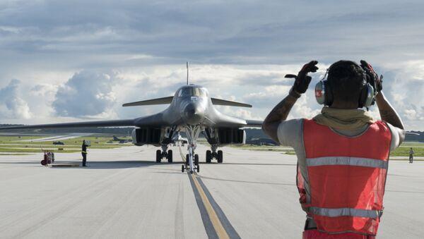 Американский бомбардировщик B-1B Lancer на взлетно-посадочной полосе - Sputnik Latvija