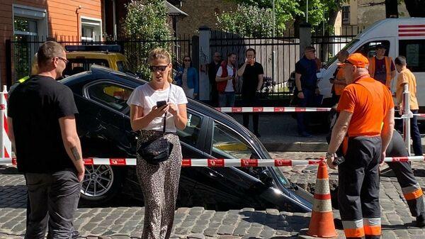 Автомобиль провалился в яму на улице Гертрудес - Sputnik Латвия