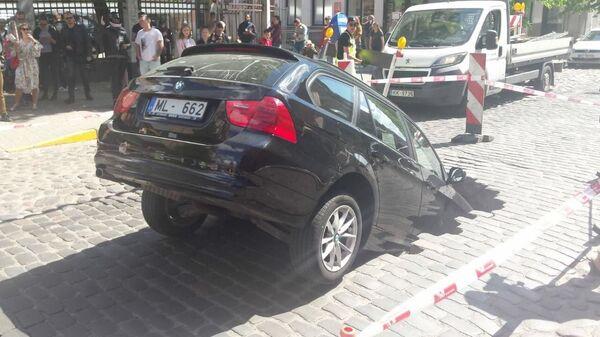 Автомобиль провалился в яму на улице Гертрудес - Sputnik Latvija