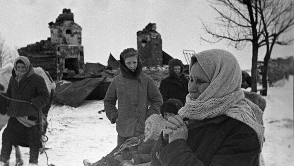 Местные жители у разрушенных домов после отхода немецких войск с Новгородской земли, архивное фото - Sputnik Latvija