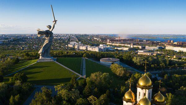 Монумент Родина-мать зовет! на Мамаевом кургане в Волгограде после реставрации - Sputnik Латвия