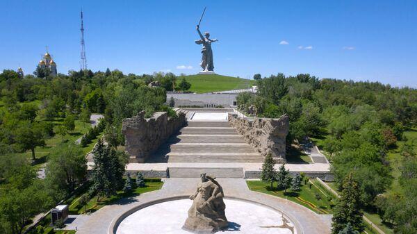 Монумент Родина-мать зовет! на Мамаевом кургане в Волгограде после реставрации - Sputnik Latvija