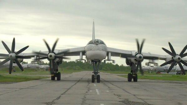 Американские истребители F-22 подцепились к российским ракетоносцам над Тихим океаном - Sputnik Latvija