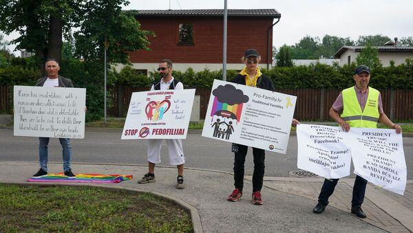 Пикет за традиционные ценности у посольства США в Латвии - Sputnik Латвия
