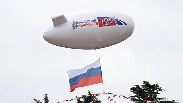 Аэростат, украшенный флажковой гирляндой цвета российского триколора, во время празднования Дня России в Сочи - Sputnik Latvija