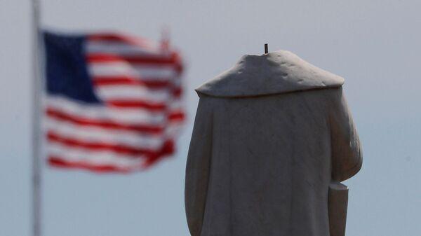 Протестующие обезглавили монумент первооткрывателя Америки Христофора Колумба в Бостоне - Sputnik Латвия