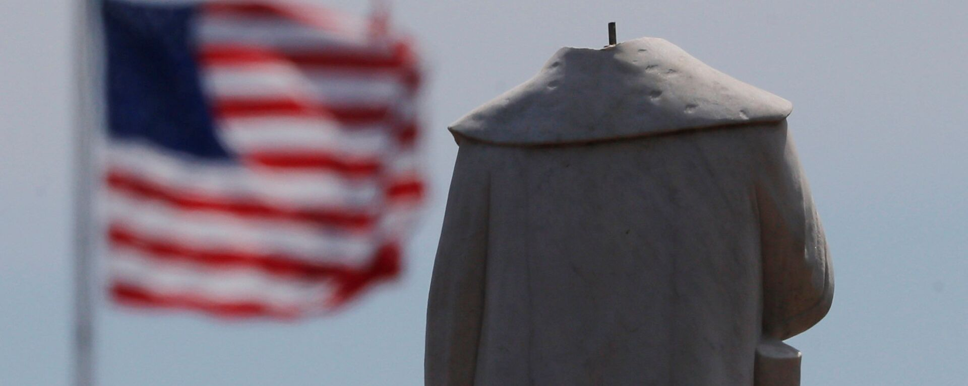 Протестующие обезглавили монумент первооткрывателя Америки Христофора Колумба в Бостоне - Sputnik Латвия, 1920, 14.06.2020