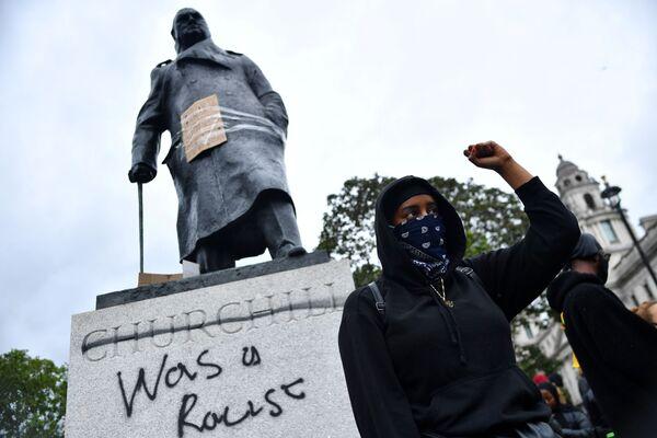 Так сегодня выглядит памятник Черчиллю в Лондоне. - Sputnik Латвия