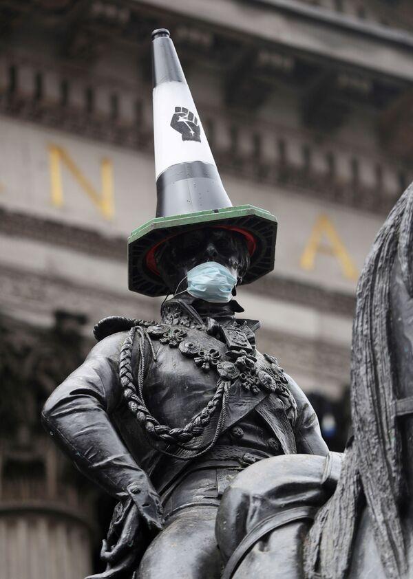 Конная статуя герцога Веллингтона с дорожным конусом на голове и в маске после акций протеста в Глазго, Великобритания. - Sputnik Латвия