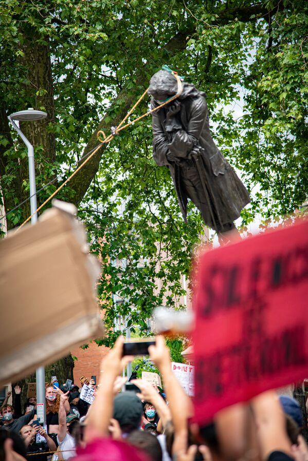 Демонстранты свергают статую Эдварда Кольстона, Бристоль, Великобритания. - Sputnik Латвия