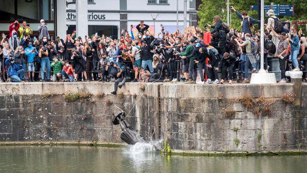Демонстранты сбрасывают в воду статую Эдварда Кольстона, Бристоль, Великобритания. - Sputnik Латвия