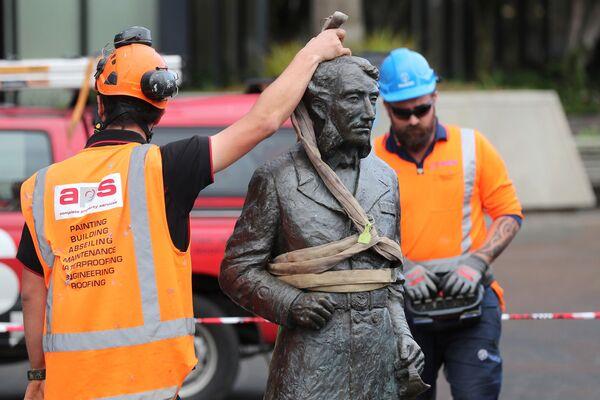 Рабочие убирают статую капитана Джона Фейна Чарльза Гамильтона с Гражданской площади в Гамильтоне из-за поступивших угроз. - Sputnik Латвия