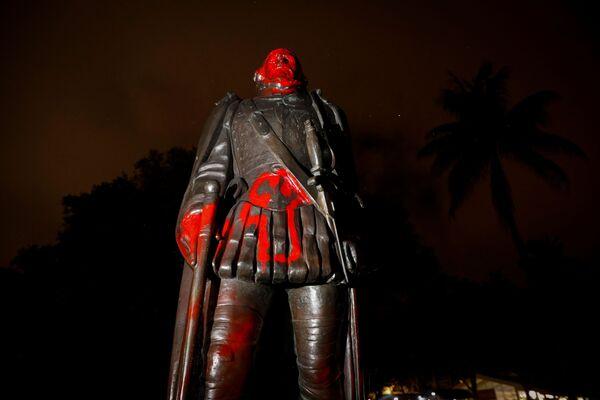 Оскверненная статуя Христофора Колумба,  Майами, штат Флорида, США. - Sputnik Латвия