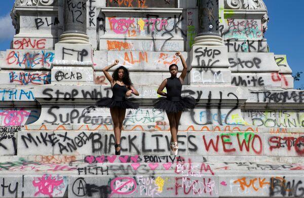 Балерины позируют перед памятником генералу Конфедерации Роберту Ли, который был демонтирован по распоряжению губернатора в Ричмонде Вирджиния, США. - Sputnik Латвия