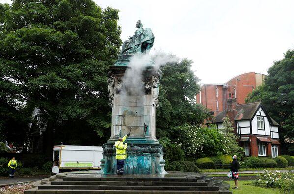 Статую королевы Виктории чистят от надписей, Лидс, Великобритания. - Sputnik Латвия