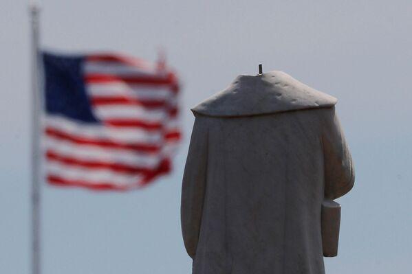Протестующие обезглавили монумент первооткрывателя Америки Христофора Колумба в Бостоне. - Sputnik Латвия