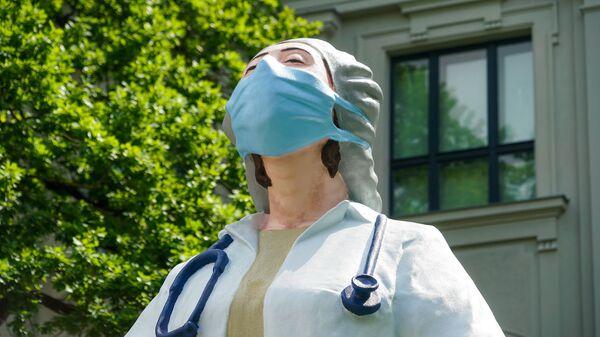 Статуя медикам у Художественного музея в Риге - Sputnik Латвия