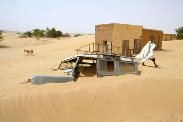 Машина, засыпанная песком, в местечке Бумдид в Мавритании - Sputnik Латвия