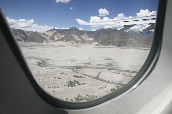 Пустынные пески видны с самолета возле Лхасы в Тибете - Sputnik Латвия