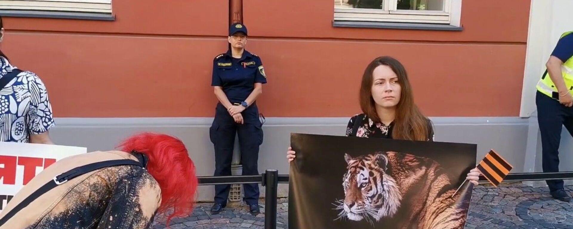 К Сейму Латвии вышли протестующие с георгиевскими лентами, требуя Запретить дураков - Sputnik Латвия, 1920, 18.06.2020
