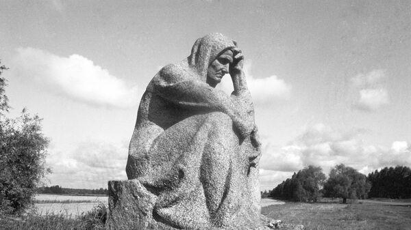 Памятник Скорбящая псковитянка на месте уничтоженной гитлеровцами деревни Красуха Псковской области - Sputnik Латвия