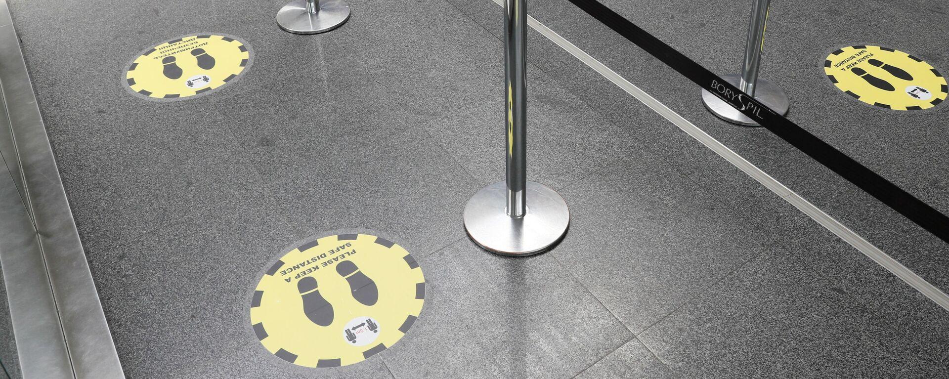 Отметки о необходимости соблюдать социальную дистанцию в международном аэропорту Борисполь в Киеве - Sputnik Latvija, 1920, 18.08.2021