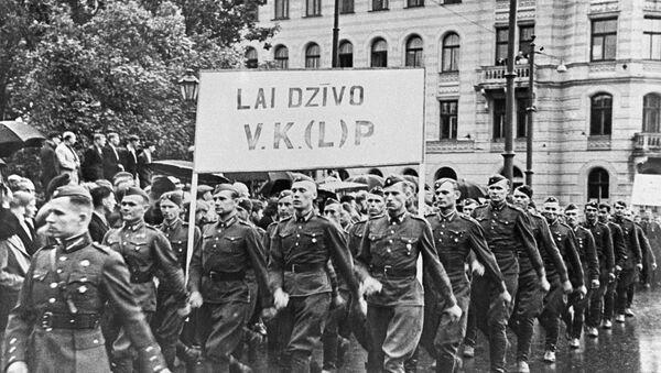 Колонна солдат латышской народной армии на демонстрации, посвященной принятию Латвии в состав СССР. - Sputnik Latvija
